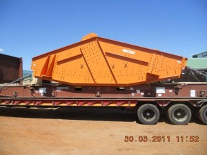mining screen on a flatrack container1 300x225 - Cargo types and packing method in containers