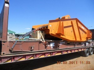 mining screen on a flatrack container2 300x225 - Cargo types and packing method in containers