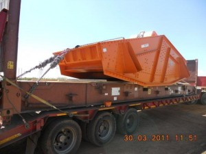 mining screen on a flatrack container3 300x225 - Cargo types and packing method in containers